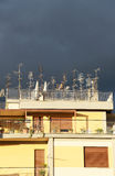 Anteny na dachu przeciw chmurnemu niebu, Obraz Stock