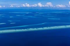 Anteny plażowy i błękitny morze w Maldives Korala i laguny widok od nieba Obraz Stock