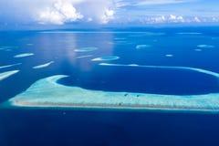 Anteny plażowy i błękitny morze w Maldives Korala i laguny widok od nieba Zdjęcia Stock