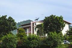 Anteny satelitarne dla komunikaci na budynku obrazy royalty free
