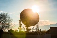 Anteny satelitarne na szczycie przy słońce dniem zdjęcie stock