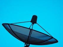 Anteny satelitarnej nieba zmierzchu technologia komunikacyjna TV Zdjęcia Stock