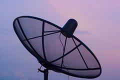 Anteny satelitarnej nieba zmierzchu technologii komunikacyjnej sieci wizerunku tło dla projekta. Fotografia Stock