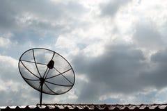 Anteny satelitarnej technologii komunikacyjnej sieć na dachu w t Zdjęcia Royalty Free