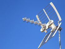 Anteny TV antena dla przyjęcia kanały telewizyjni i niebieskie niebo Zdjęcie Stock