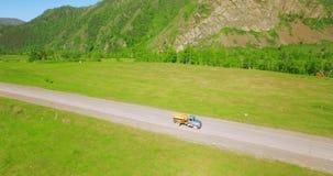 Anteny UHD 4K widok Lot nad benzyny zbiornikowiec do ropy ciężarówką przy wiejską autostradą zdjęcie wideo