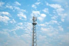 Anteny wierza i chmurny niebo Zdjęcia Royalty Free