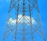 Anteny wierza z obłocznym niebem Zdjęcia Royalty Free