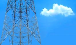 Anteny wierza z obłocznym niebem Zdjęcie Royalty Free
