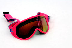 Anteojos rosados del esquí en nieve Fotos de archivo