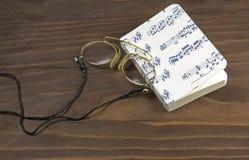 Anteojos y cuaderno de la música Fotos de archivo libres de regalías