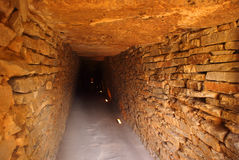 Antequera, Ανδαλουσία, Ισπανία Είσοδος στο Megalithic Tholos της EL Romeral στοκ φωτογραφίες
