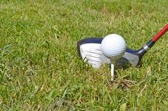 Anteriore - giocatore di golf circa da collocare sul tee fuori Immagini Stock Libere da Diritti