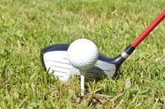 Anteriore - giocatore di golf circa da collocare sul tee fuori dalla parte 2 Fotografia Stock Libera da Diritti