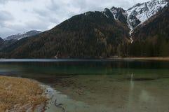 Anterselva& x27; s piękny jezioro podczas springera Fotografia Stock