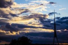 Antes da tempestade, torre da tevê Fotografia de Stock Royalty Free