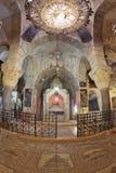 Antes das velas ardentes de um altar Fotografia de Stock