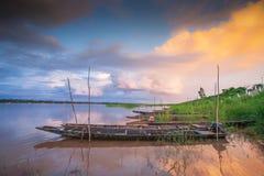 Antes de la lluvia Barco de pesca tailandés tradicional debajo de crepuscular con referencia a Foto de archivo
