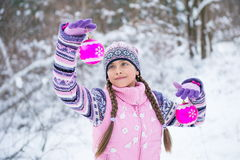 Antes de la Navidad, muchacha que camina en bosque del invierno Fotografía de archivo