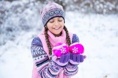 Antes de la Navidad, muchacha que camina en bosque del invierno Imagen de archivo libre de regalías