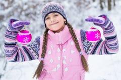 Antes de la Navidad, muchacha que camina en bosque del invierno Fotografía de archivo libre de regalías