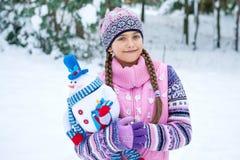 Antes de la Navidad, muchacha que camina en bosque del invierno Fotos de archivo