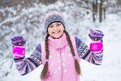 Antes de la Navidad, muchacha que camina en bosque del invierno Fotos de archivo libres de regalías