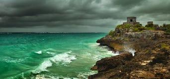 Antes de la tormenta en la costa del Caribe en la ciudad maya antigua de Tulum, México Foto de archivo libre de regalías
