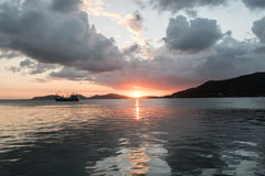 Antes de puesta del sol en el lago Imagenes de archivo