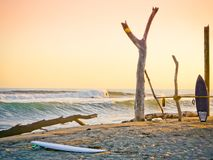Antes de puesta del sol, playa de California Dos tablas hawaianas en la arena Océano Pacífico imagenes de archivo