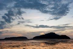Antes de salida del sol en la isla, marea abajo de la playa hasta Foto de archivo libre de regalías