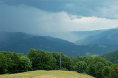 Antes de tempestad de truenos en las montañas cárpatas Imagen de archivo libre de regalías