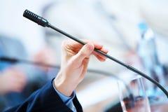 Sala de conferências com microfones Fotografia de Stock Royalty Free