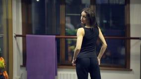 Antes del espejo en la mujer delgada del gimnasio que mira se metrajes