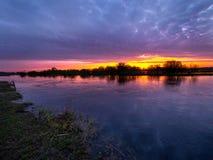 Antes do nascer do sol nas marés Imagens de Stock