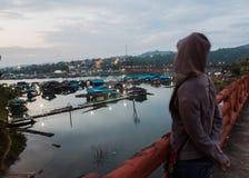 Antes do nascer do sol as jangada de flutuação Foto de Stock