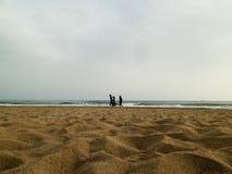 ANTHALYA, ΤΟΥΡΚΙΑ, 7.2017 ΙΟΥΛΙΟΥ νέα οικογένεια στις διακοπές που περπατά στην παραλία βραδιού στοκ εικόνα