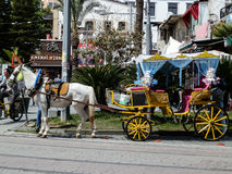 ANTHALYA, ТУРЦИЯ, 7,2017 -го городок Turkish в ИЮЛЕ с сказкой любят экипаж лошади Стоковое Фото
