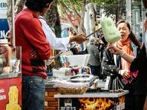 ANTHALYA, ТУРЦИЯ, 7,2017 -го продавец мороженого Turkish в ИЮЛЕ делая потеху людей Стоковые Изображения