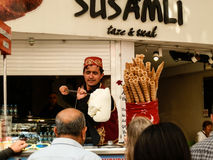 ANTHALYA, ТУРЦИЯ, 7,2017 -го продавец мороженого Turkish в ИЮЛЕ делая потеху людей Стоковое Изображение RF