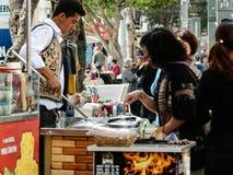 ANTHALYA, ТУРЦИЯ, 7,2017 -го продавец мороженого Turkish в ИЮЛЕ делая потеху людей Стоковые Изображения RF
