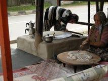 ANTHALYA, ТУРЦИЯ, 7,2017 -го старуха в ИЮЛЕ делая турецкий хлеб с дочерью Стоковые Фотографии RF