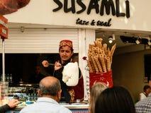 ANTHALYA, die TÜRKEI, Türkische-Eiscremeverkäufer JULIS 7,2017, der über Leuten sich lustig macht lizenzfreies stockbild