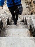 ANTHALYA TURKIET, JULI 7,2017 kvinna på trappa av den Aspendos coloseumen Royaltyfri Fotografi