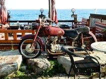 ANTHALYA, TURQUIE, vieux motocycle de JUILLET 7,2017 sur la plage turque Image stock