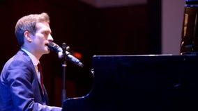 Anthony Silny przy pianinem