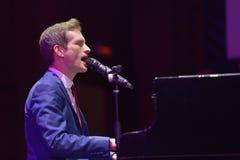 Anthony Strong bij de piano Stock Fotografie