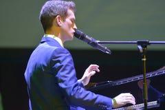 Anthony Strong en el piano Imagen de archivo libre de regalías