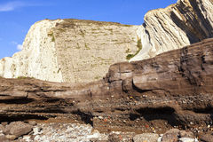 Anthropocene Βιομηχανικό στρώμα ιζημάτων στην τσιμενταρισμένη παραλία Στοκ εικόνες με δικαίωμα ελεύθερης χρήσης