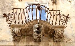Anthropomorphic stendiagram under balkongen av den LaRocca slotten Ragusa Ibla Sicilien Italien arkivfoto